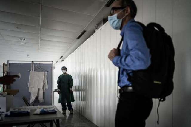 Préparatifs pour des tests de dépistage du SARS-CoV-2 à l'aéroport de Bordeaux-Mérignac, jeudi 23 juillet.