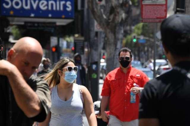 Des passants portant des masques, sur Hollywood Boulevard, à Los Angeles le 30 juin.