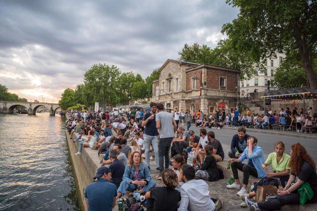 Devant le relâchement des gestes barrières, Olivier Véran appelle la jeunesse à être plus vigilante (ici sur les bords de Seine à Paris, le 17 juillet). /LP/Raphaël Pueyo