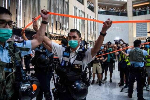 La police disperse des manifestants dans un centre commercial de Hongkong, le 30 juin.
