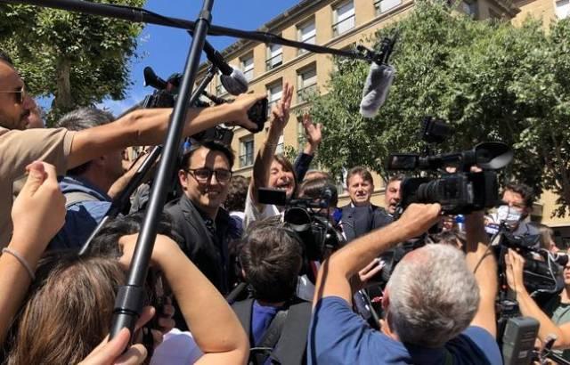 Rubirola est bien là, fêtant sa victoire avec les soutiens du Printemps marseillais.