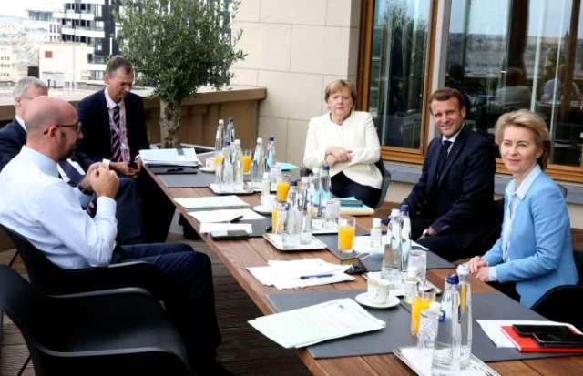 Mme Merkel et M. Macron ont retrouvé à 9 h 30 le président du Conseil européen, Charles Michel, chef d'orchestre du sommet, pour décider de la marche à suivre.