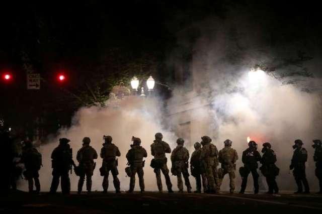 Des policiers fédéraux dans les rues de Portland, mardi21juillet.