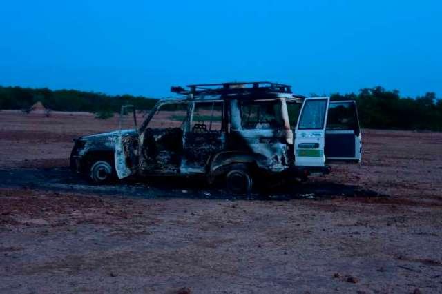 La carcasse de la voitures des membres de l'ONG Acted après l'attaque qui a fait huit morts au Niger, le 9 août.