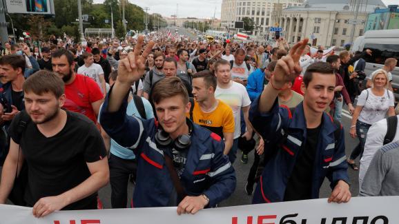Des manifestants, parmi lesquels des ouvriers d\'une fabrique de tracteurs, manifestent à Minsk le 14 août 2020.