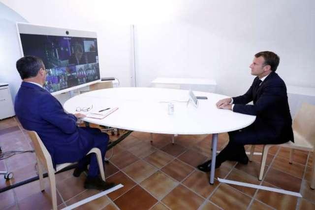 Emmanuel Macron et Jean-Philippe Rolland, chef de l'état-major particulier du président de la République, lors d'un sommet virtuel avec la présidente de la Commission européenne, Ursula von der Leyen, et les dirigeants européens, le 19 août 2020, à Brégançon.