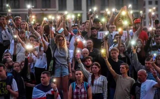 Des milliers de personnes étaient réunies autour de la station de métro Pouchkinskaïa, à l'ouest de la capitale, le 15 août pour rendre hommage à un homme ayant trouvé la mort à proximité lors d'une manifestation lundi dernier.