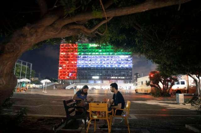 La façade de la mairie de Tel Aviv arbore les couleurs des drapeaux israélien et émirati, à l'occasion de l'annonce de l'accord d'Abraham, le 13 août.