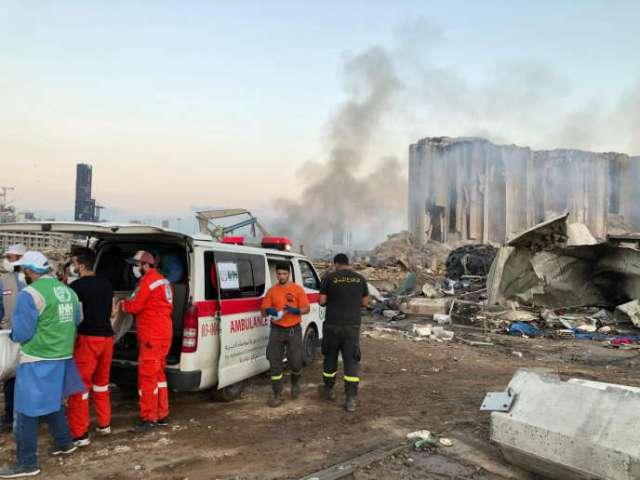 Des membres de la Fondation turque de secours humanitaire (IHH) aident une équipe de secours locale sur le site de l'explosion, à Beyrouth, le 5 août.