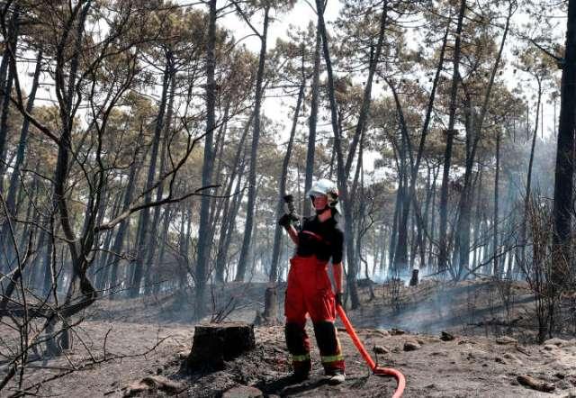 Un sapeur-pompier à Anglet le 31 juillet.