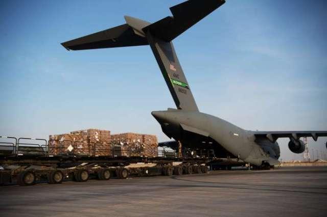 Un transporteur américain est chargé de matérielhumanitaire à destination de Beyrouth, le 6 août, sur une base aérienne au Qatar.