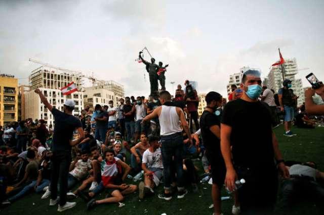 Des manifestants sur la place des Martyrs protestent contre les élites politiques et le gouvernement après l'explosion meurtrière qui a eu lieu cette semaine dans le port de Beyrouth et qui a dévasté une grande partie de la capitale libanaise, le 8 août.