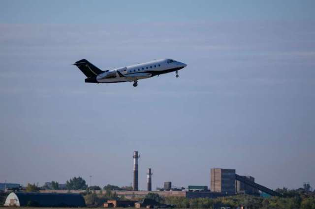 L'avion médical transportant l'opposant russe Alexeï Navalny vers l'Allemagne décolle de la ville sibérienne d'Omsk, le 22 août.