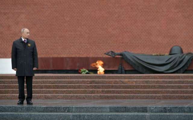 Vladimir Poutine au mémorial du Soldat inconnu à l'occasion du 75e anniversaire de la victoire sur l'Allemagne nazie, à Moscou, le 9 mai.
