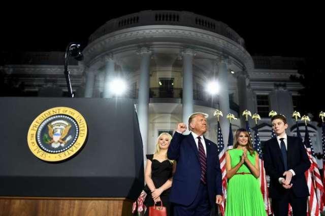 Le président américain, Donald Trump, entouré de ses proches lors de son discours d'acceptation de l'investiture du Parti républicain, le 27 août à la Maison Blanche.