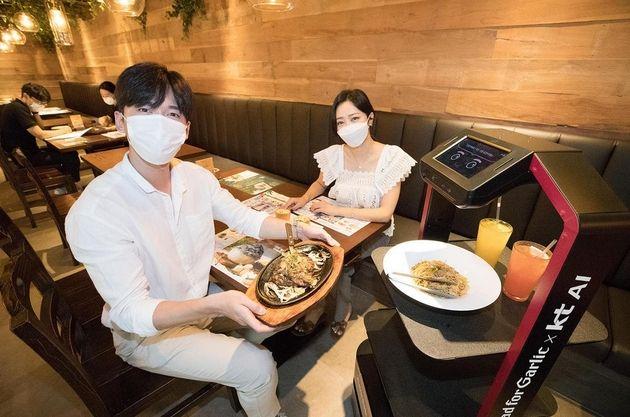 Covid-19: des robots serveurs dans les restaurants de Corée