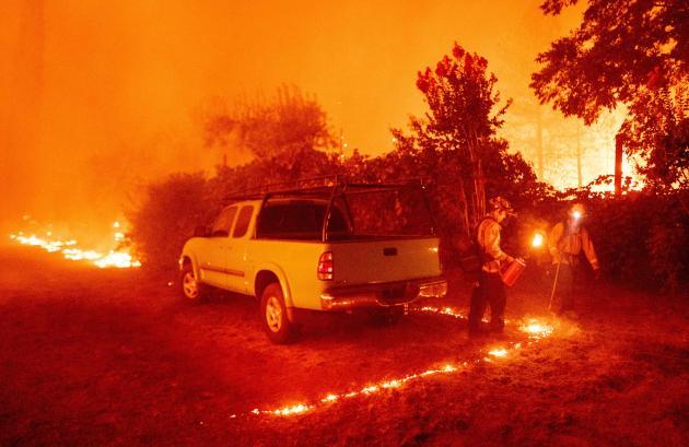 Des pompiers combattent les flammes à Berry Creek (Californie) où plusieurs personnes ont été blessées, le 9 septembre.