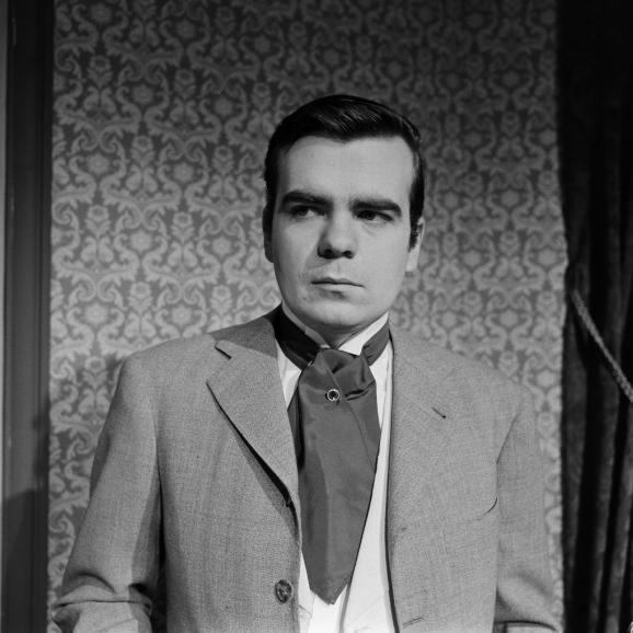 """Michael Lonsdale en Andéii, personnage de la pièce de théâtre \""""Les Trois soeurs\"""" d\'Anton Tchekhov mise en scène par Jean Praten 1960."""