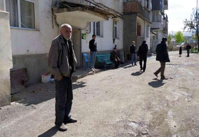 Un habitant deStepanakert sort de chez lui lors du cessez-le-feu, samedi.
