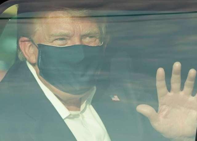 Le président Donald Trump salue en voiture ses partisans, près de l'hôpital Walter-Reed, à Bethesda (Maryland) le 4 octobre.