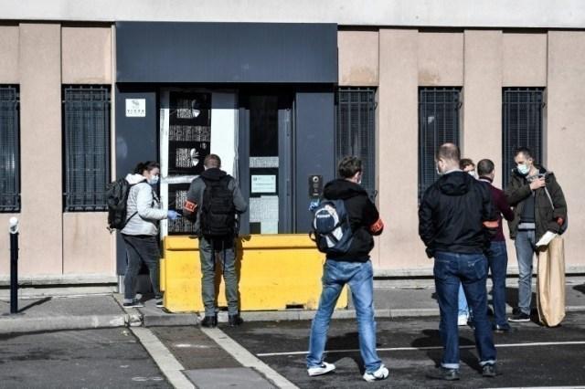 Des policiers devant l'entrée endommagée du commissariat de police de Champigny-sur-Marne, le 11 octobre 2020.