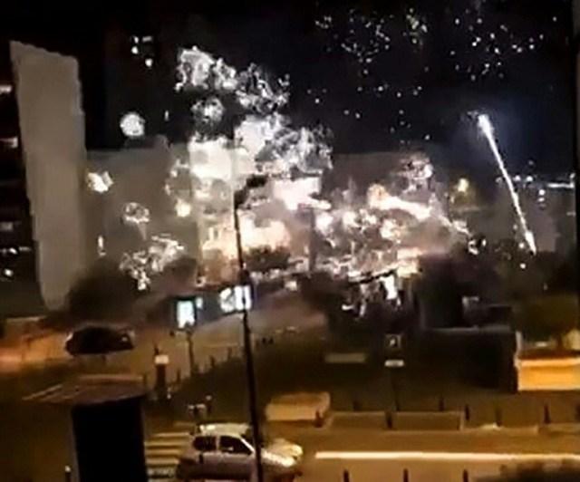 Image tirée d'une vidéo postée sur le compte Twitter @LeCapricieux94 montrant le commissariat de Champigny-sur-Marne cible de tirs de mortiers d'artifice dans la nuit du 10 au 11 octobre 2020.