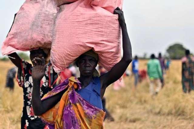 Des villageois récupèrent de l'aide alimentaire envoyée par le Programme alimentaire mondial, en février 2020 au Soudan du Sud.