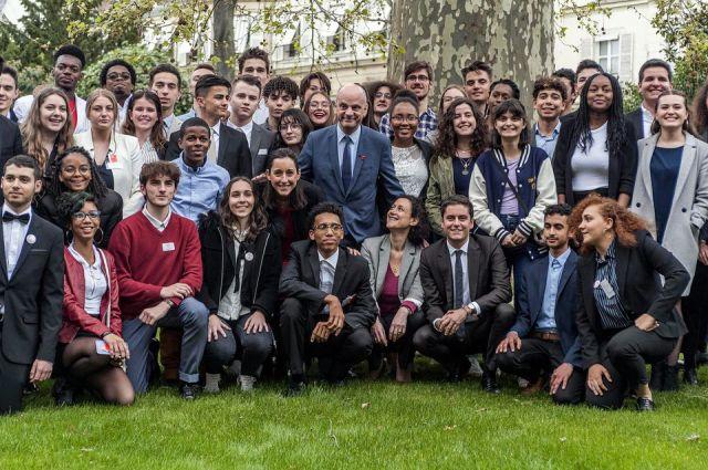 Jean-Michel Blanquer entouré des membres du Conseil national de la vie lycéenne, le 5 avril 2019. Parmi eux, une dizaine de membres d'Avenir lycéen.