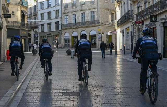 Des policiers patrouillent à vélo dans les rues de Montpellier, le 16 novembre 2020.