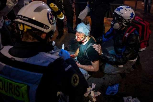 Ameer Al-Halbi, pris en charge par les médecins après des coups reçus lors de la Marche des libertés, le 28 novembre 2020.
