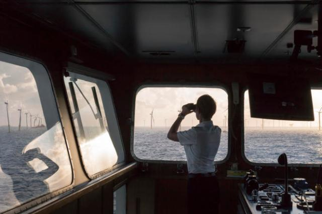Vue sur un champ d'éoliennes depuis le ferry« Regina Baltica», en mer du Nord.