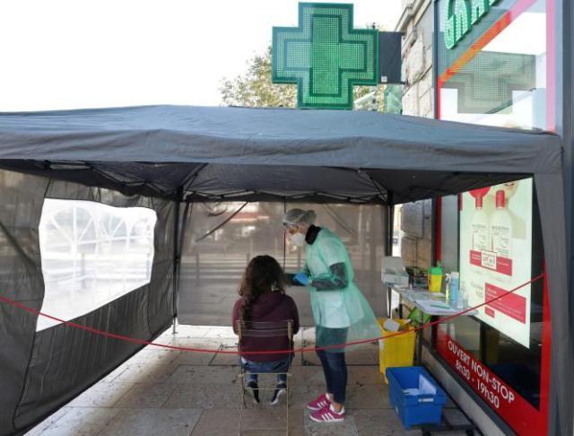 Une étudiante en médecine effectue un test antigénique pour détecter le Covid-19 devant une pharmacie à Antibes (Alpes-Maritimes), le 23 novembre.
