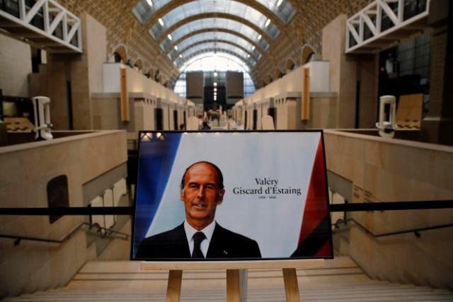 Le musée d'Orsay à Paris, créé en 1977 à l'initiative de l'ancien président, et fermé actuellement pour cause de Covid-19, sera exceptionnellement ouvert et un Livre d'or sera mis à disposition. La famille du défunt président se rendra au musée, ainsi que le premier ministre, Jean Castex, qui échangera avec elle.