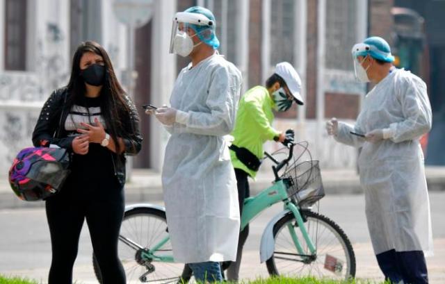 Des agents de santé testent la population à Bogota, en Colombie, le 15 janvier 2021.