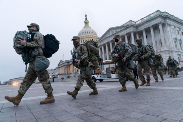 Des soldats de la garde nationale assurent la sécurité autour du Capitole, samedi 16 janvier.