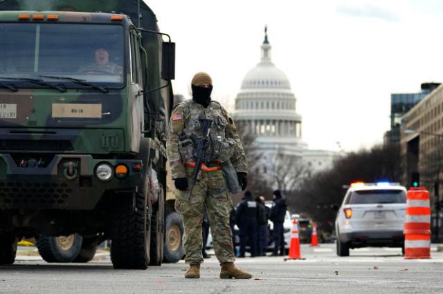 La Garde nationale se tient à un barrage routier près du Capitole,lundi 18 janvier 2021, à Washington.