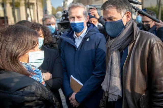 Anne Hidalgo et Olivier Faure arrivent à la réunion des gauches, à Paris, le 17 avril.