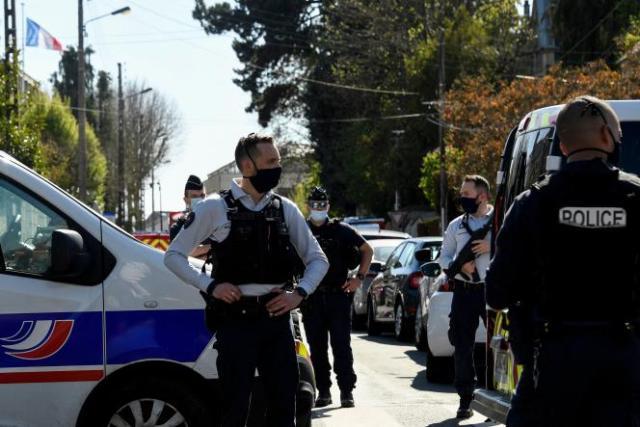 Cordon de sécurité aux abords du commissariat où a eu lieu l'attaque au couteau, à Rambouillet (Yvelines), le 23 avril.