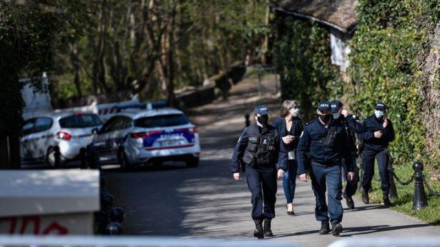 Les policiers sécurisent les abords du domicile de Bernard Tapie à Combs-la-Ville (Seine-et-Marne), le 4 avril 2021. (STEPHANE DE SAKUTIN / AFP)