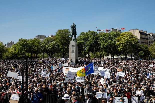 Des milliers de personnes manifestent sur l'esplanade du Trocadéro à Paris.