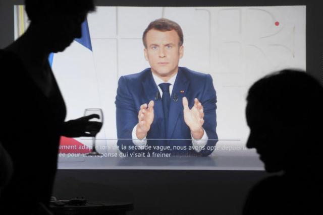 Des habitants de Marseille regardent l'allocution d'Emmanuel Macron le 31 mars.