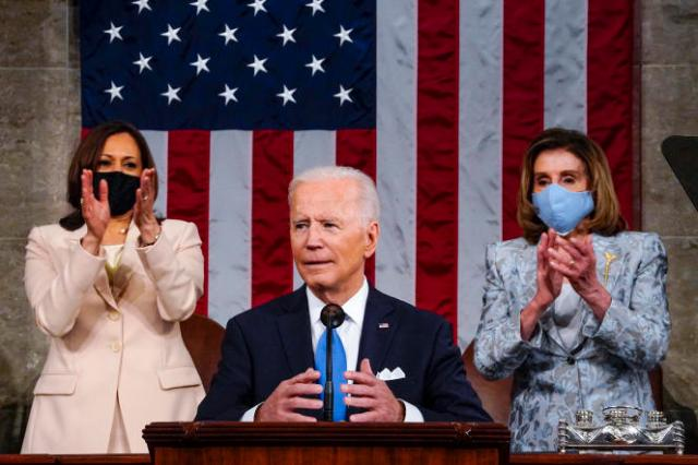Le président américain Joe Biden s'adresse au Congrès le 28 avril, entouré de Kamala Harris et Nancy Pelosi.