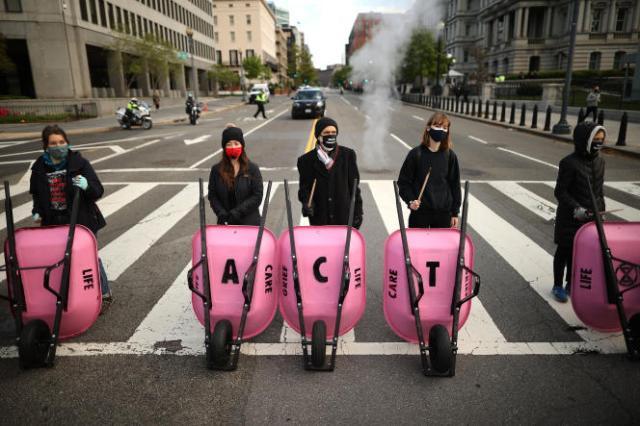 « Agissez», demandent des militants écologistes, à Washington, le 22 avril.