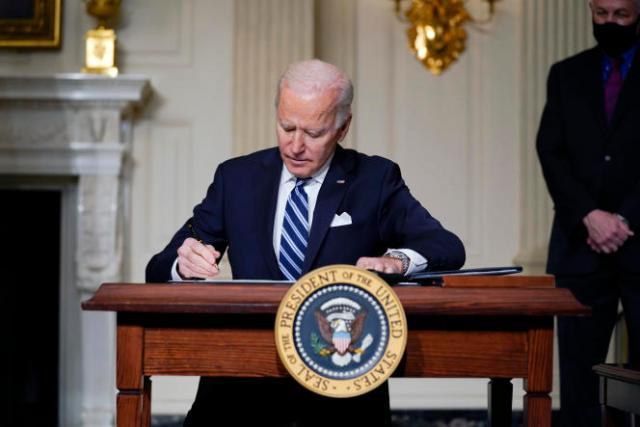 Joe Biden signe un décret sur le changement climatique, à la Maison Blanche, à Washington, le 27 janvier.
