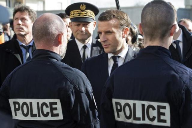 Emmanuel Macron lors de la visite d'un commissariat à Mulhouse, le 18 février 2020.