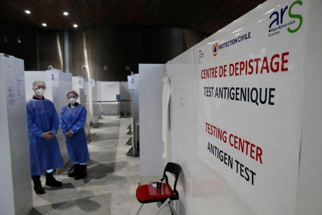 Un centre de dépistage du Covid-19 à l'aéroport de Roissy-Charles de Gaulle le 5...