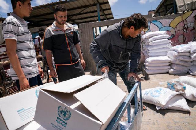 Des sacs de denrées alimentaires fournis par l'Office de secours et de travaux des Nations unies pour les réfugiés de Palestine dans le Proche-Orient (UNRWA), dans la ville de Gaza, le 22mai2021.