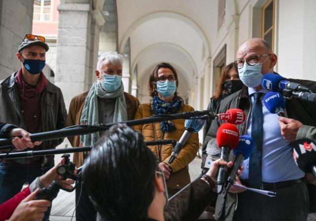 L'avocat de la famille Noyer, Bernard Boulloud, devant les journalistes, avec les parents et le frère de la victime, Arthur Noyer, le 30 avril, à Chambéry.