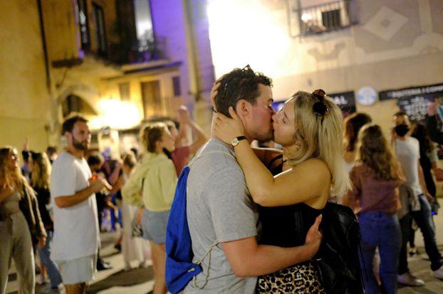 Retrouvailles amoureuses à Barcelone. REUTERS/Nacho Doce