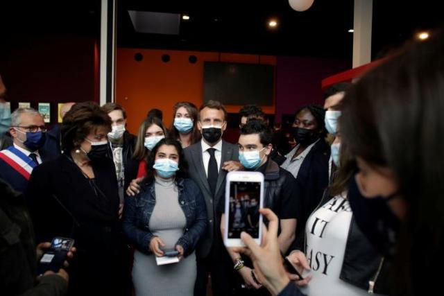 Roselyne Bachelot et Emmanuel Macron lors d'une journée consacrée à la promotion du Pass culture à Nevers (Nièvre), le 21 mai 2021.